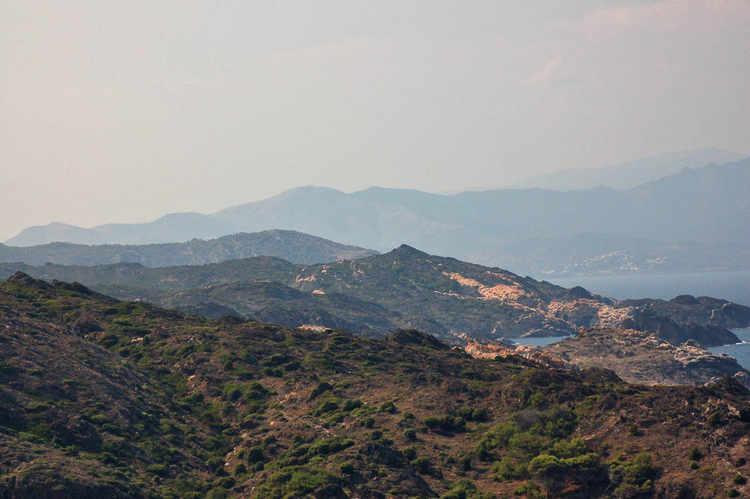 una cala y las montañas lejanas