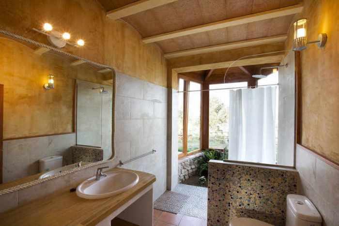 Baño con jardín interior