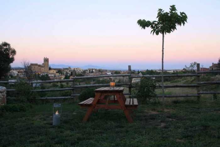 Atardecer desde la terraza, con vistas al pueblo y al Golfo de Rosas al fondo