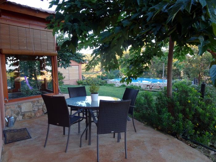 Vista a la piscina y al pueblo desde la terraza