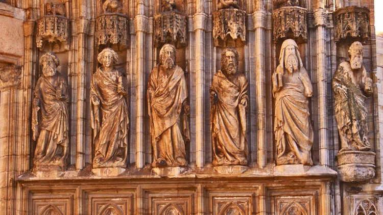 Castello de Empúries estàtues fora Església