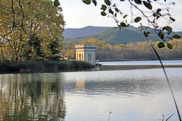 Torre pel costat de l'aigua