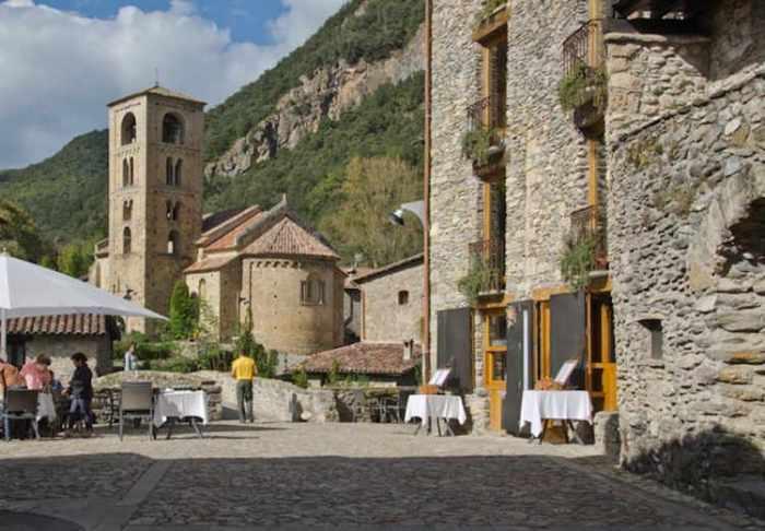 L'Església i una cafeteria