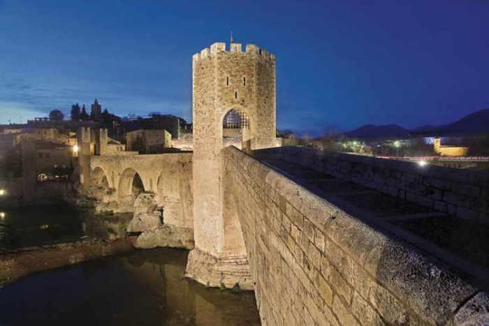 Besalú el pont vell a la nit