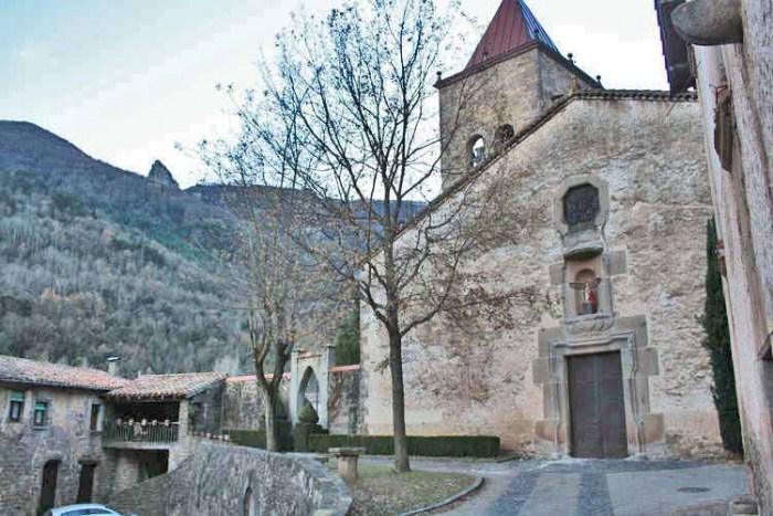 La part frontal de l'església