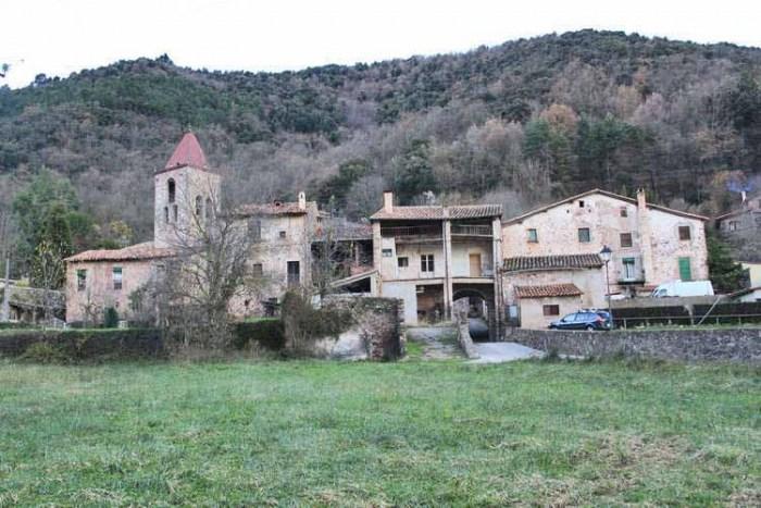 El poble i un turó